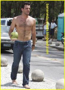 Rodrigo Lombardi sem camisa exibe seu peito nú